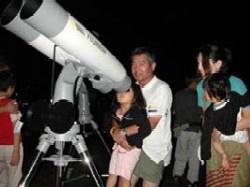 星空を観察する親子